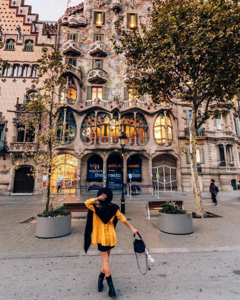 Woman standing in front of Casa Battlo, one of the most beautiful places in Barcelona.